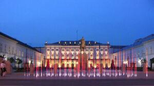 Pomnik przed Pałacem: [br]włączyć zamiast budować?
