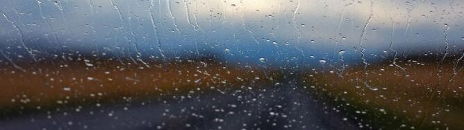 Zmotoryzowanych czekają deszcze i wiatr do 80 km/h