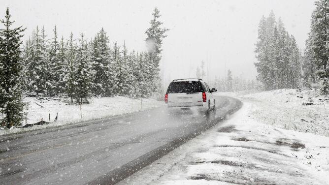 Śnieg i deszcz ze śniegiem. Ślisko na drogach