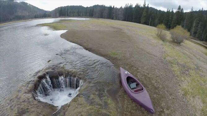 Ktoś wyciągnął korek? Woda z jeziora w USA zniknęła w otworze