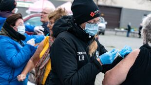 """Szczepionki, GMO, zmiany klimatu. """"Polacy mają ograniczone zaufanie do treści naukowych"""""""