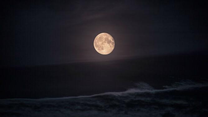 Księżyc sprawia, że na Ziemi <br />pada więcej deszczu